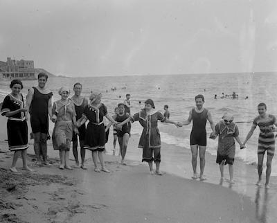Expo Veraneo de proximidad.  Hombres y mujeres en la playa de Arenys de Mar.  Ca.  1920. Archivo Fotográfico Centro Excursionista de Cataluña